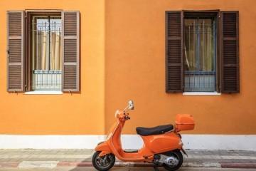 Orange-scooter Neve Tzedek